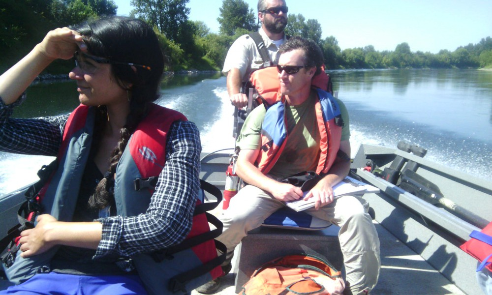 Surveying the banks of the Willamette for invasive species. © C. Durbecq
